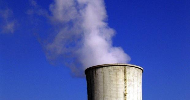 Atomkühlturm vor blauem Himmel