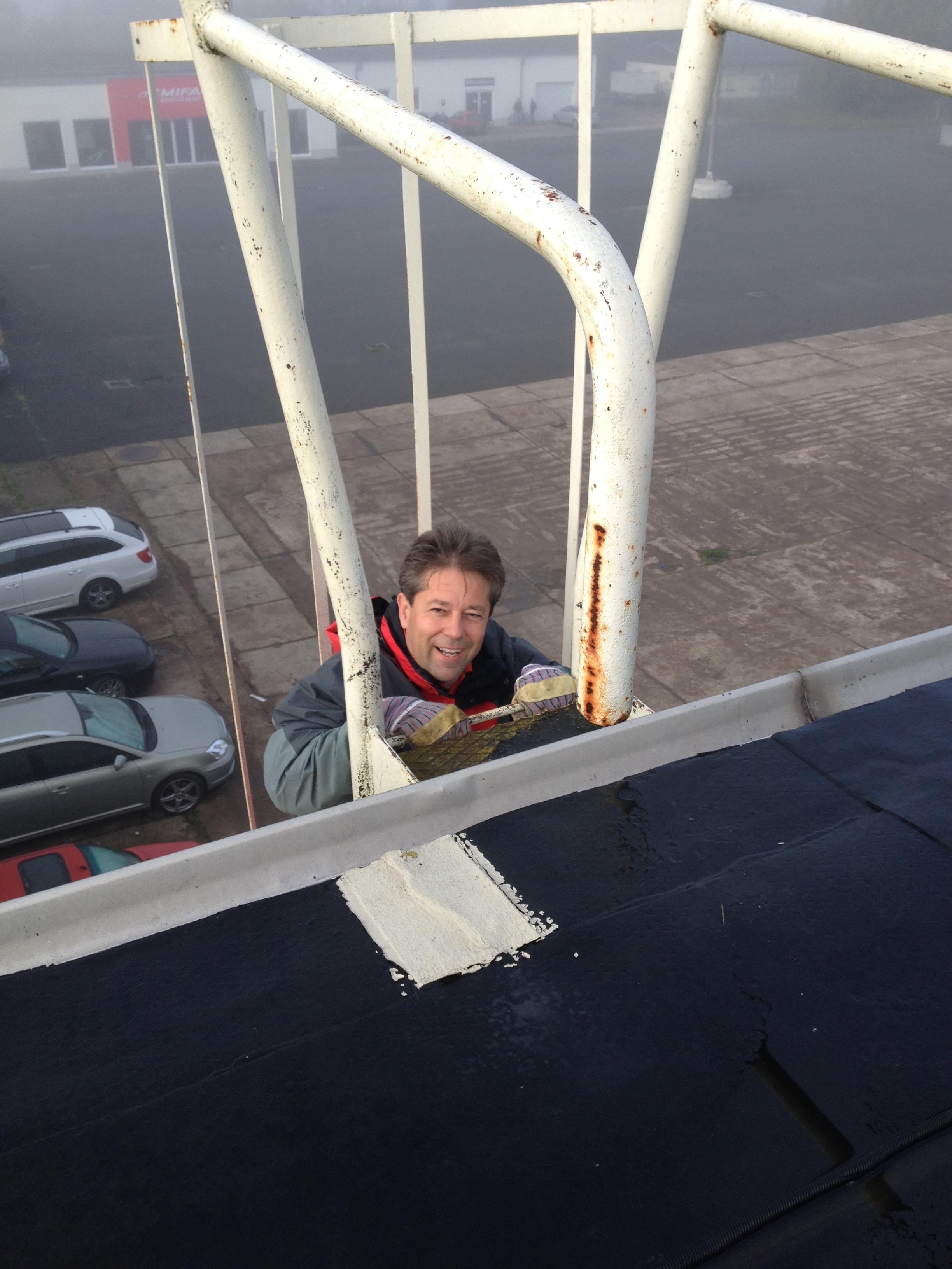 Michael Richter bei einer Begehung der Dach-Solaranlage in Sangerhausen.