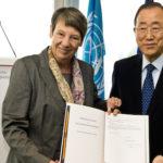 Bundesumweltministerin Barbara Hendricks überreicht UN-Generalsekretär Ban Ki-Moon die deutsche Ratifikationsurkunde zum Pariser Klimaschutzabkommen. Copyright: BMUB/Michael Gottschalk
