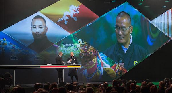 Titelbild: S.E. Lyonchhen Tshering Tobgay, der Premierminister von Bhutan, erhielt den Ehrenpreis des deutschen Nachhaltigkeitspreises stellvertretend für das gesamte Königreich © Ralf Rühmeier